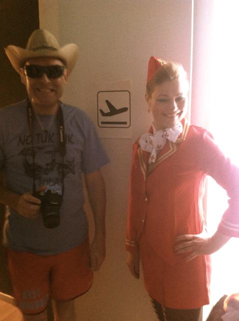 Stewardesse og glad gæst