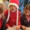 Børn og voksne bager honningkager